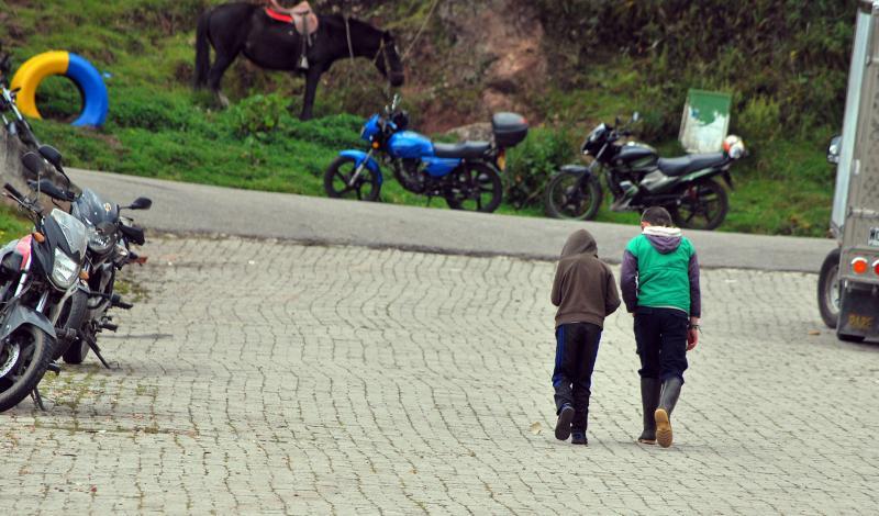 Niños saliendo a jugar.