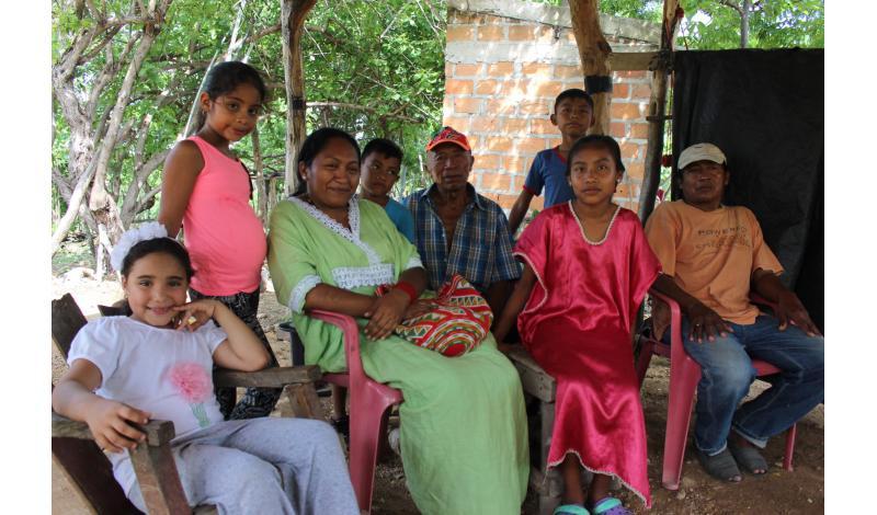 Jakeline Romero Epiayu comparte con la comunidad del resguardo El Zahino. Foto: Daniel Perdomo.
