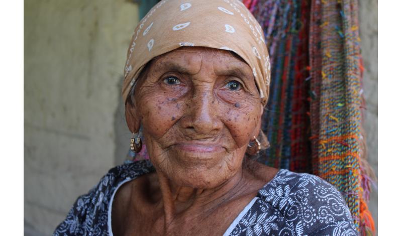 Los mayores de la comunidad indígena en La Guajira añoran los tiempos cuando el agua no faltaba en su territorio. Foto: Daniel Perdomo.