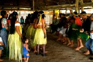 Hombres y mujeres bailan descalzos en la maloca de los Múrui en San Rafael. Foto: Mauricio Orjuela.
