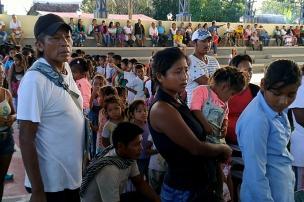El día de atención a la comunidad, habitantes de Puerto Alegría esperan sus obsequios. Foto: Mauricio Orjuela.