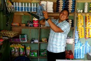 Don Iver Ruíz, uno de los tenderos de Puerto Alegría (Amazonas), quien vende arroz a $5 mil la libra, y a $7 mil la panela. Foto: Mauricio Orjuela.