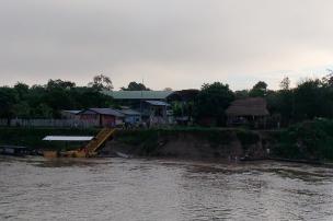 Panorámica de Puerto Alegría desde el río Putumayo. Foto: Mauricio Orjuela.