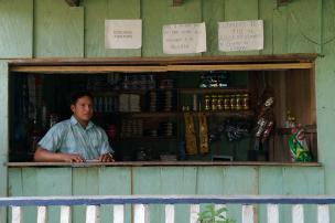 Don Iver Ruíz prefiere no fiar en su tienda para evitar problemas. Foto: Mauricio Orjuela.