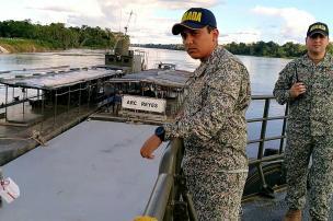 Junto con otros oficiales, el teniente Rodríguez coordina su trabajo para evitar errores en la misión. Foto: Mauricio Orjuela.
