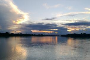 Pasadas las 5 de la tarde cae el sol en el horizonte de Puerto Reyes. Foto: Mauricio Orjuela.