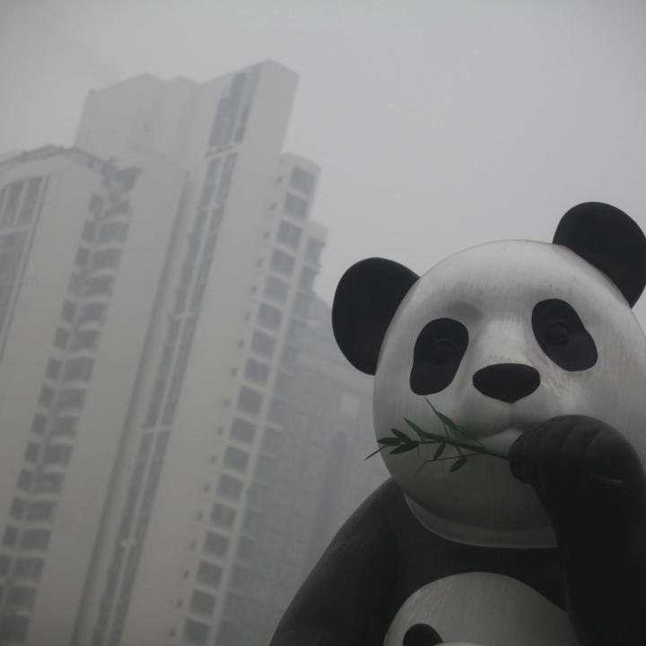 """Foto de archivo tomada el 23 de enero de 2013 de una estatua de un panda gigante en medio de la niebla provocada por la contaminación en Pekín (China). China y Estados Unidos anunciaron un """"histórico"""" acuerdo para luchar contra el cambio climático. Foto: EFE/Diego Azubel"""