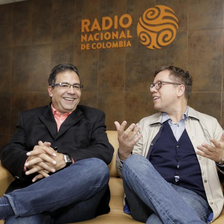 Alberto Salcedo Ramos y Mario Jursich, realizadores de Del Canto al Cuento. Foto: Sandro Sánchez. RTVC - Sistema de Medios Públicos.