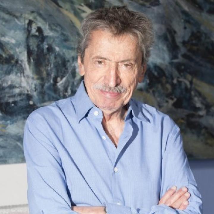 Curador Alberto Sierra.