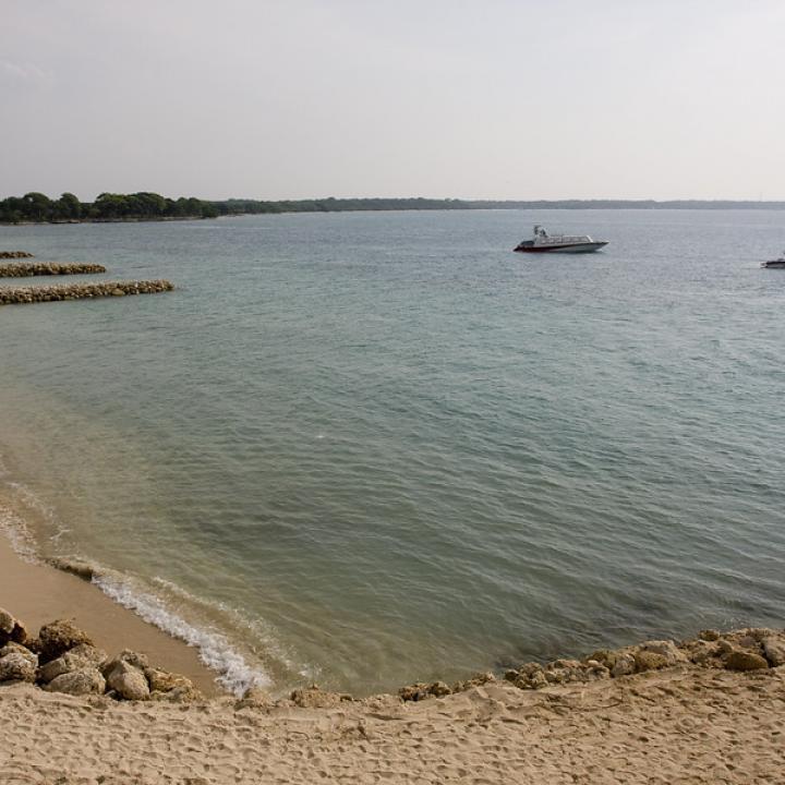 Playa Blanca, en la Isla Barú, es una de las playas más concurridas de Cartagena, por sus aguas cristalinas y su arena blanca, sin embargo, el desorden y el número acelerado de construcciones ilegales han hecho que más de uno dude en visitarla. Foto: Colprensa