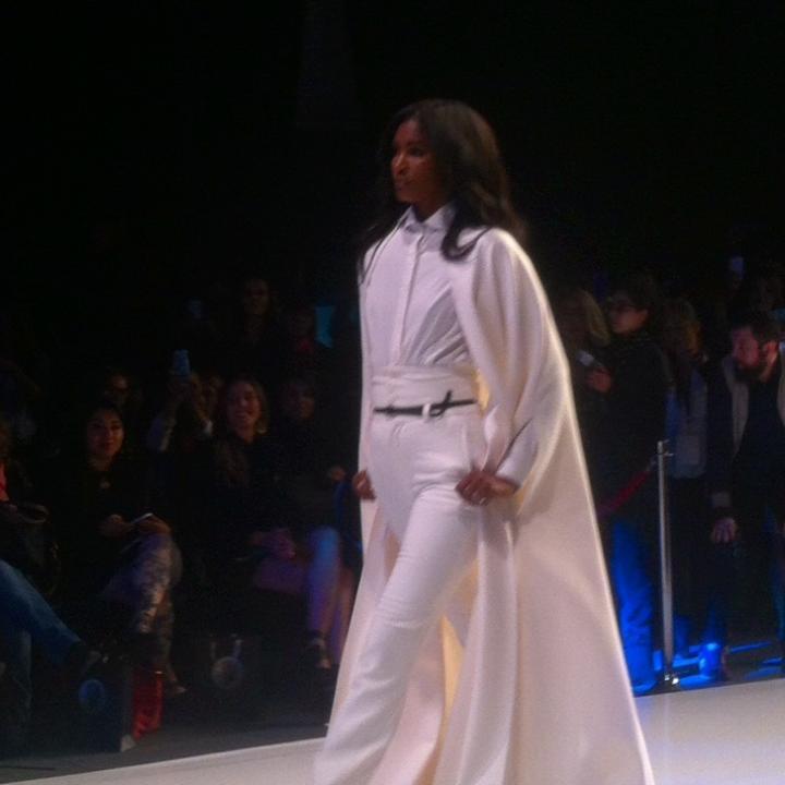 La Top Model afroamericana Sessilee López desfilando un diseño de Edwing D Angelo, en la pasarela Somos Color