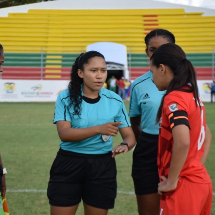 Paula Ponare actuó como árbitra en partidos del fútbol femenino de los Juegos Deportivos Nacionales que se disputaron en Carmen de Bolívar. Foto: Cortesía Paula Ponare.