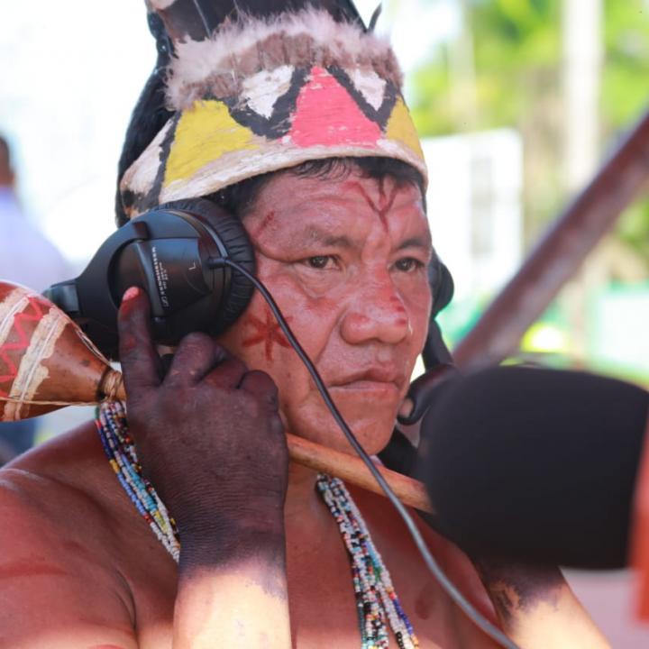 Indígena tucano durante la transmisión de Radio Nacional de Colombia desde Mitú (Vaupés). Foto: Emerson Castro.